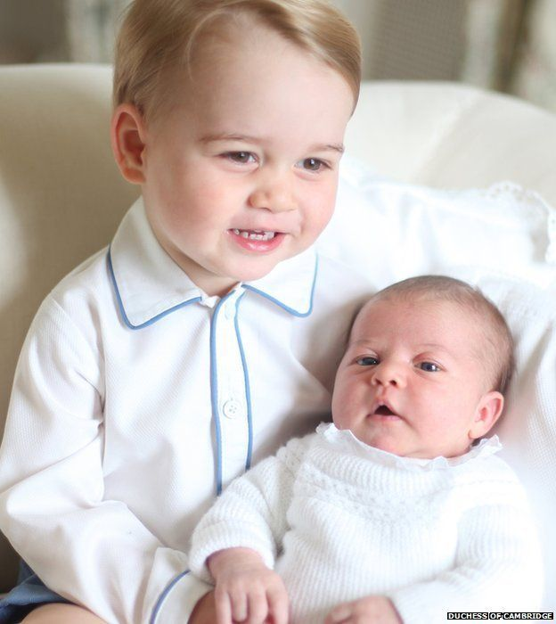 Príncipe George junto a su hermana, la princesa Charlotte