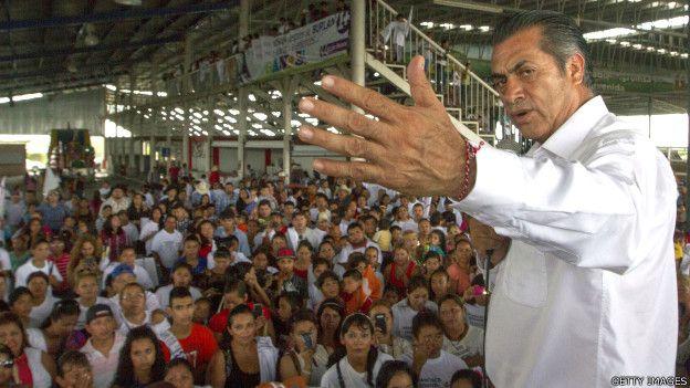 """Jaime Rodríguez Calderón alias """"El Bronco""""  frente a una congregación de gente"""