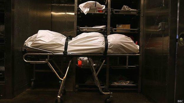 Camilla en una funeraria