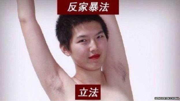 La activista china por los derechos de la mujer Li Tingting muestra su axila velluda