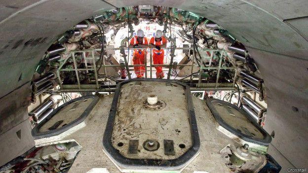 Dos trabajadores de Crossrail a bordo de una de las tuneladoras