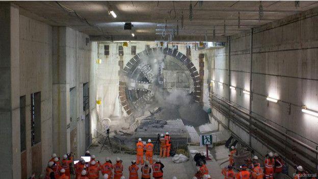 Trabajadores frente al avance de la tuneladora