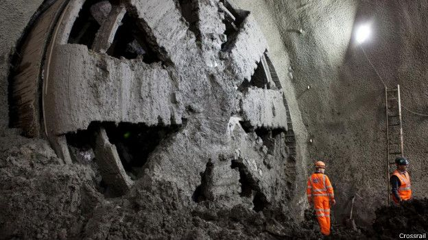 Frente a la cabeza de la excavadora