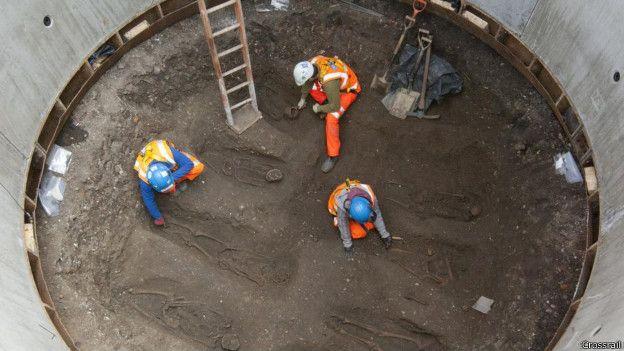 Los restos de víctimas de la plaga del siglo XIV hallados por las obras de Crossrail