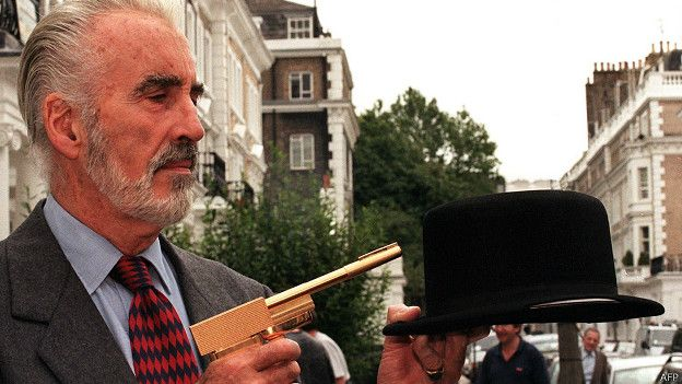 "Chirstopher Lee interpretó un papel en James Bond en 1974 enfrentado a Roger Moore en ""The Man With The Golden Gun""."