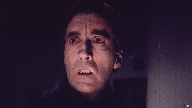 """El actor hizo su primera aparición como vampiro en la película """"Horror of Dracula"""" en 1958. Interpretó a Drácula nueve veces, aunque no le gustaba que se le vinculara con este papel."""