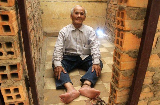 Bou Meng encadenado