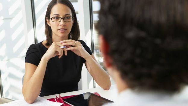 Mujer haciendo una petición a su jefe.