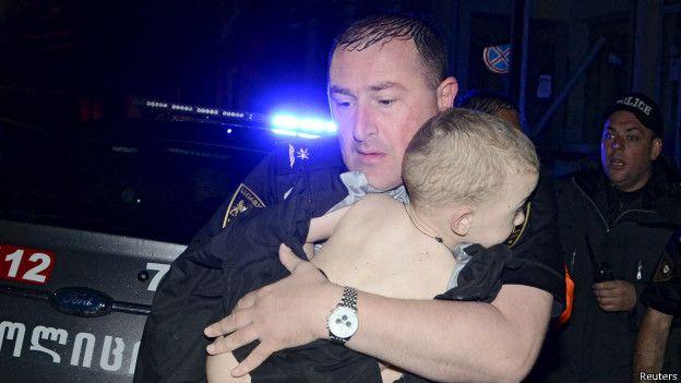 Полицейский с ребенком