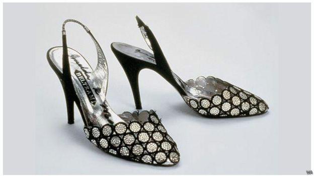 Imelda Marcos memilik sepatu dihiasi bordir hitam dan batu permata