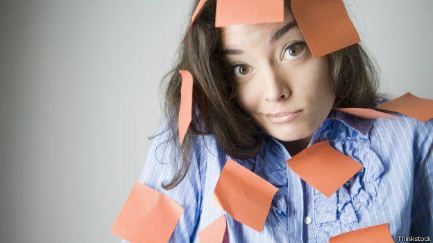 Mujer con papeles pegados a manera de recordatorio.