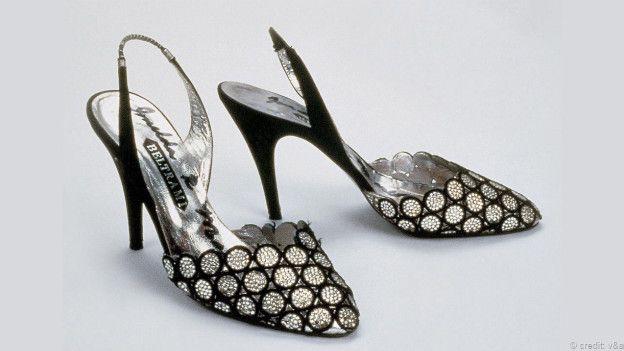 阿拉斯戴尔苏珂(Alastair Sooke) 金凉鞋(Gold Sandal)(约公元前30 至公元后30) 鞋 永远都是权力的象征,即便在古代亦是如此就像这一双来自于罗马治下埃及、精致的镀金莎草拖鞋向我们所昭示的一般。这双鞋通体用金树叶装饰,是一件稀有 的精致工艺品但这双鞋几乎没有考虑到普通人的实际脚型。长期以来,出于各种理由,我们都有用鞋来束缚双脚的传统,而这双鞋正是这个传统的开始。鞋子经 常能让穿它们的人感到异常疼痛。  (图片来源: V&A) 金莫哈利鞋(Mojar