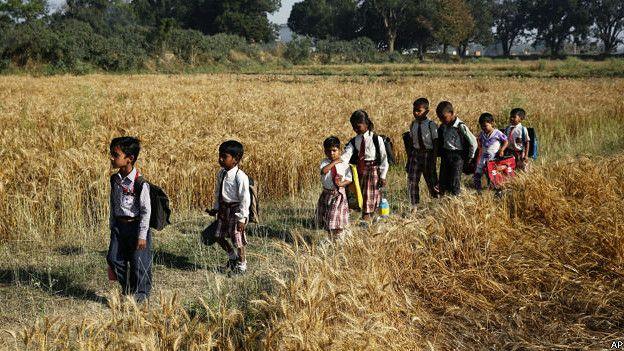 स्कूल जाते भारतीय बच्चे.