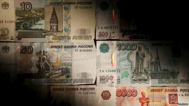 Рубль падает вслед за нефтью и китайскими биржами