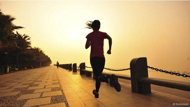 Una persona corriendo con el amanecer