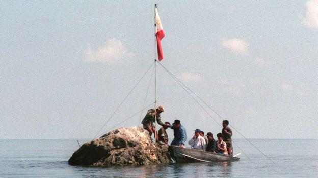 Hải quân Philippines cắm cờ tại Scarborough Shoal, 1997