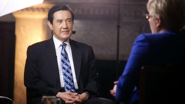 馬英九(左)在接受採訪中