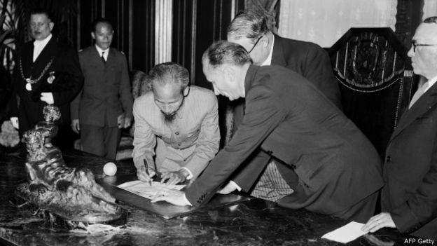 Hồ Chí Minh ký một tài liệu trong chuyến thăm chính thức Pháp ngày 3/7/1946
