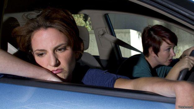 Mareada en un auto