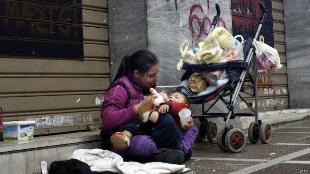 Madre con un niño en la calle