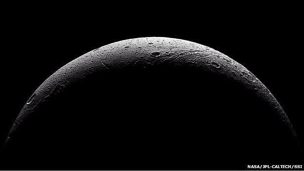 Mặt trăng Dione do phi thuyền Cassini chụp
