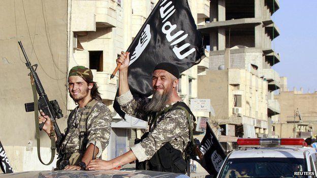Yihadistas del EI celebran en Raqqa la declaración del califato en junio de 2014