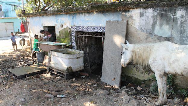 Casa en ruinas a la entrada del viejo terreno del pai de santo Joãozinho da Goméia en Río de Janeiro, Brasil.