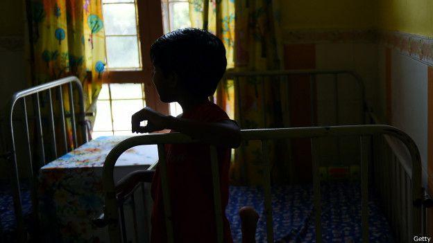 Niño en un orfanato