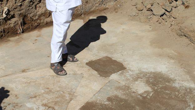 Un pai de santo encabeza una ceremonia en el terreno que perteneció al