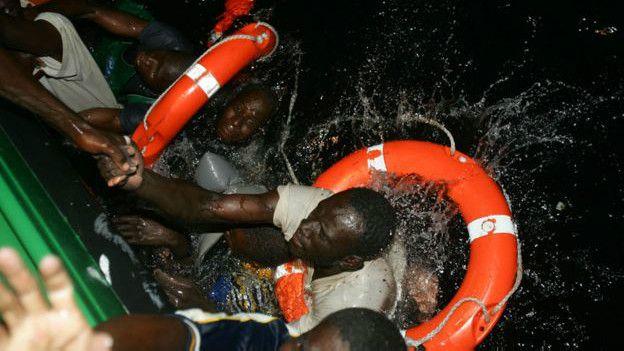 Inmigrantes son rescatados del agua en el Mediterràneo