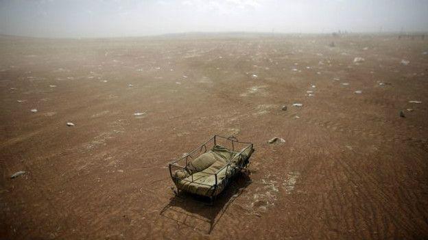 Imagen de una cuna abandonada en la frontera entre Turquía y Siria
