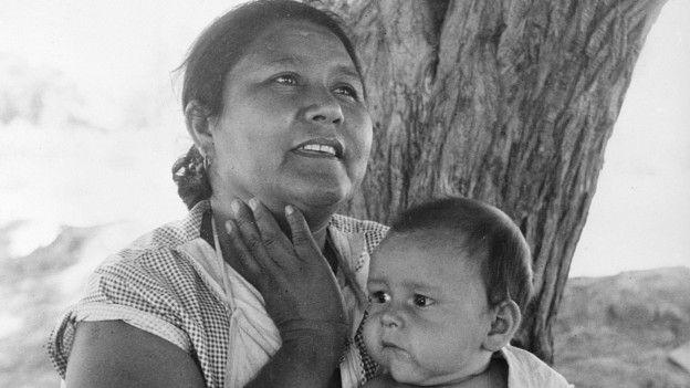 Mujer mexicana y su hijo