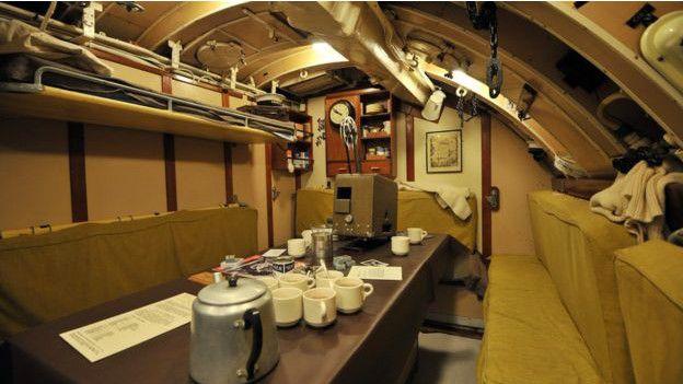 interior de una zona común de un submarino
