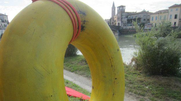 Boia à beira do rio Ádige, em Verona | Foto: Guilherme Aquino/BBC Brasil