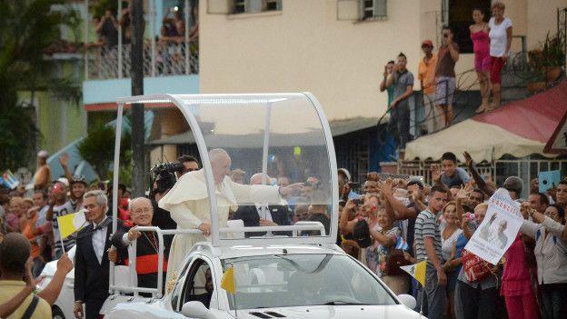 El papa saluda a las personas en su recorrido por La Habana