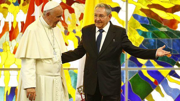 Francisco con Raúl Castro