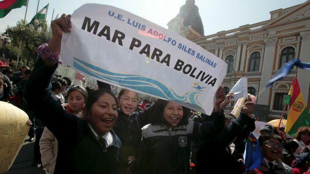 Niños bolivianos celebrando