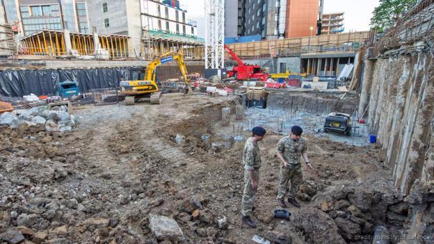 Efectivos militares trabajan en la desactivación de una bomba hallada en el norte de Londres
