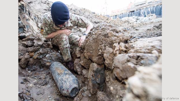 Un soldado examina la bomba de Wembley