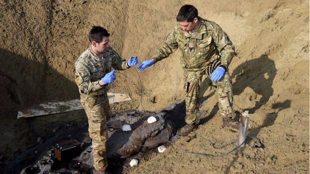 Efectivos militares manejan una bomba hallada en el este de Londres