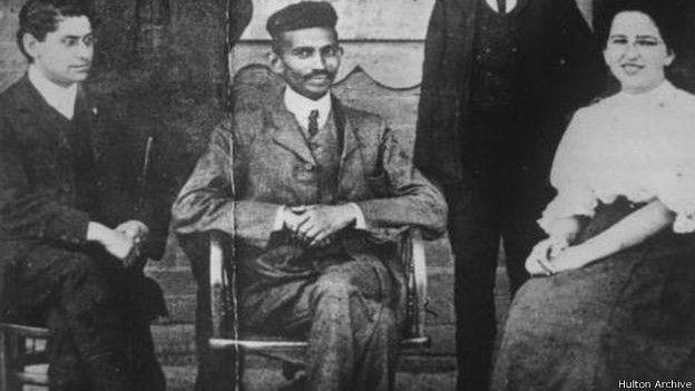 Gandhi en sus años de juventud en Sudáfrica, donde trabajó como abogado