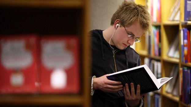 Студент в библиотеке Оксфорда