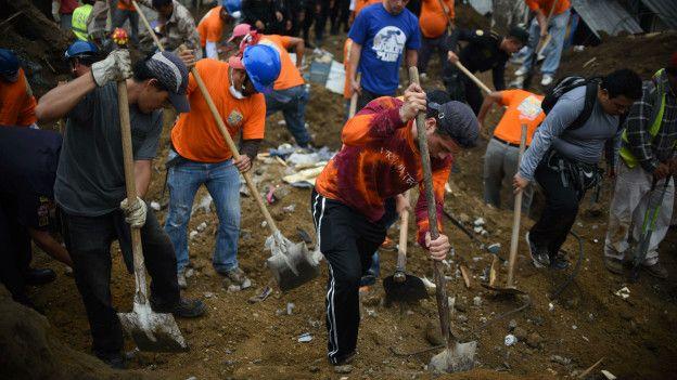 Voluntarios buscan sobrevievientes del deslave