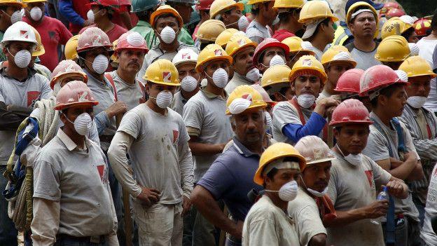 Voluntarios esperan su turno para participar en las tareas de rescate