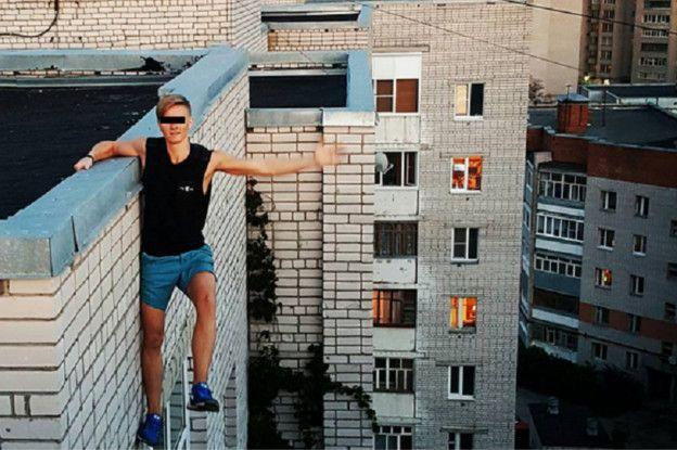 ruso al filo del techo de un edificio