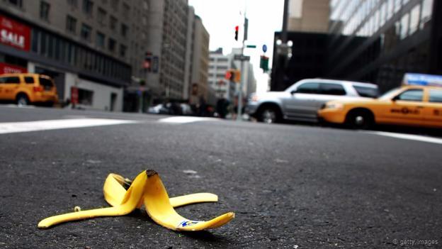 Una corteza de banana en el piso