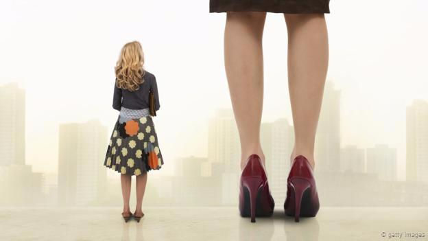 Una mujer pequeñita y una alta