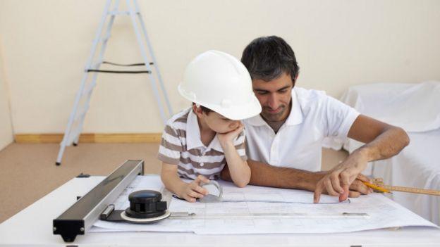 Un padre arquitecto con su hijo en una construcción