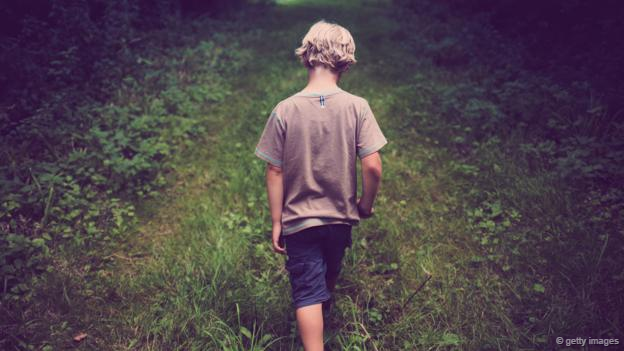 Un niño que camina solo