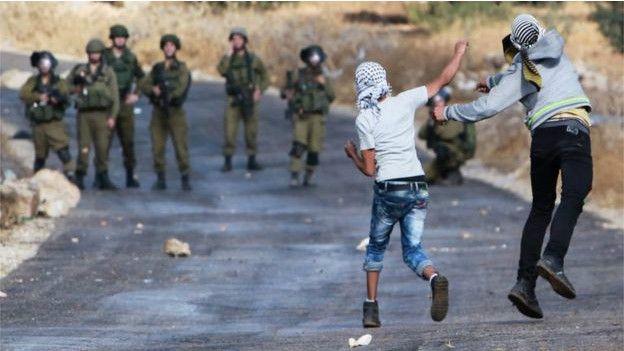 Jóvenes palestinos atacan a pedradas a soldados de Israel